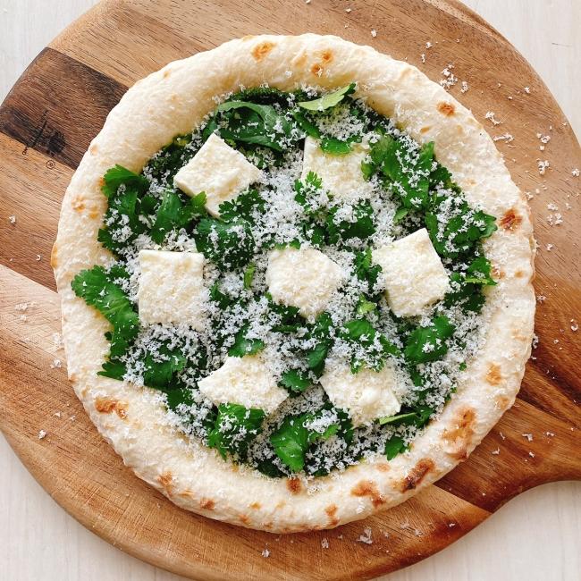 パクチーとモッツァレラのピザ