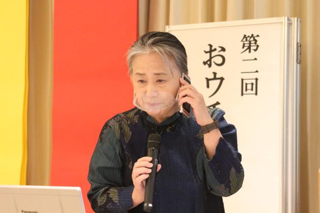 リモート参加者と電話で会話する夏井先生