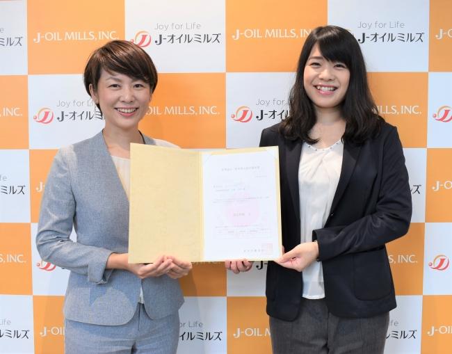 認定証を持つ社員。画像左から、人財開発部 後藤亜弓、七戸千絵乃(女性活躍推進委員会「カシオペア W プロジェクト」メンバー)