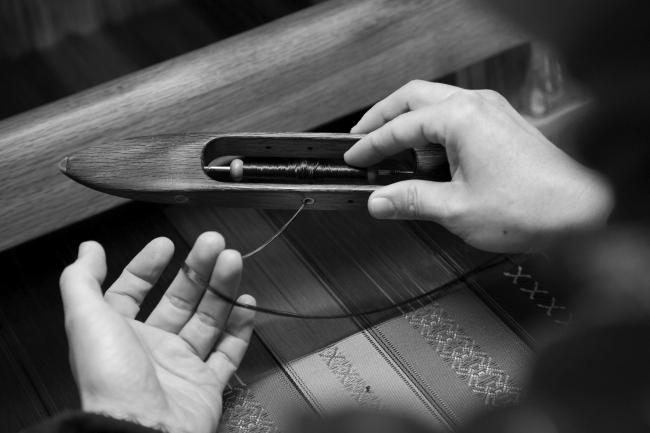 杼(ひ)よこ糸を通して織る時に使用する道具
