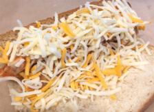 お肉が隠れるほどたっぷりのチーズ