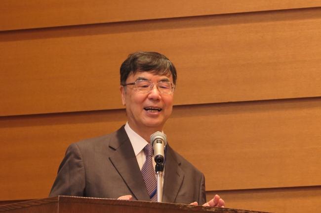 患者・家族の前で講演する大阪大学免疫学フロンティア研究センター実験免疫学の坂口志文特任教授