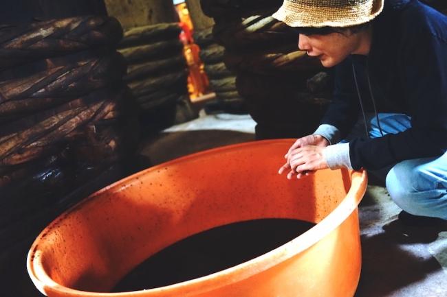 三重県(鈴鹿市)「たまり醤油」を取材する小倉ヒラク氏