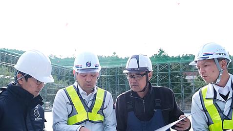 屋内飛行試験場の改良について議論する三栄工業社員とSkyDrive社員