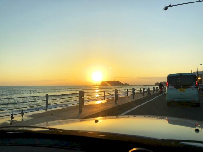 こんな夕焼けを空いっぱいに楽しめるのもオープンカーならでは!
