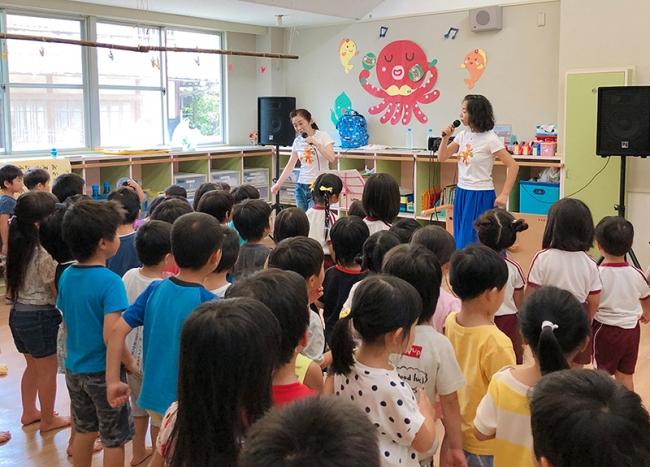 今夏、少しでも笑顔を届けたらと被災地域の幼稚園を慰問しました