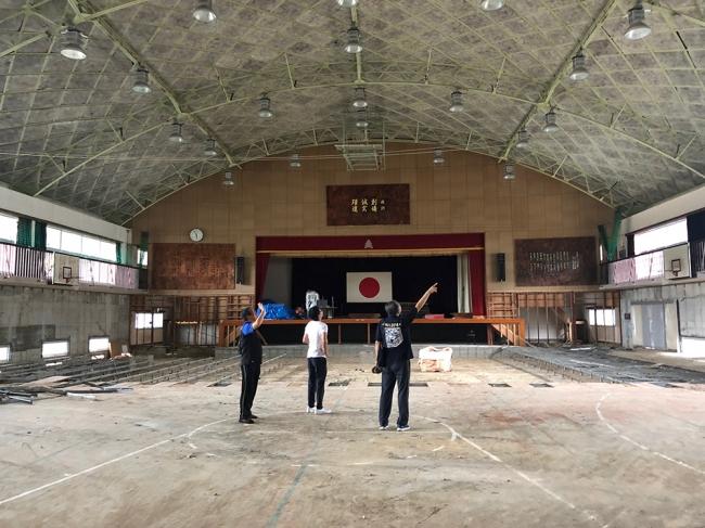 豪雨で大きな被害を受けた吉田中学校の体育館(2018年8月撮影)