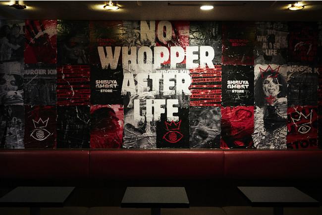 店舗2階には、海外の古い街並みのようなポスターで埋め尽くされた不気味な壁。