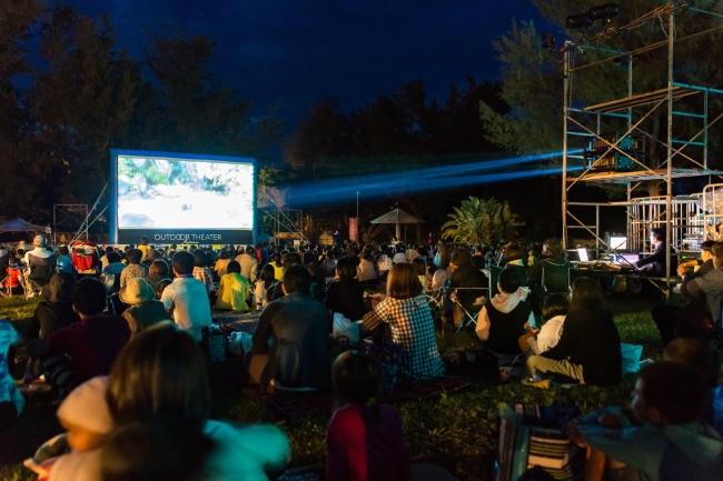 映画の無い島徳之島での野外映画イベント。1000人以上の島民が集まった