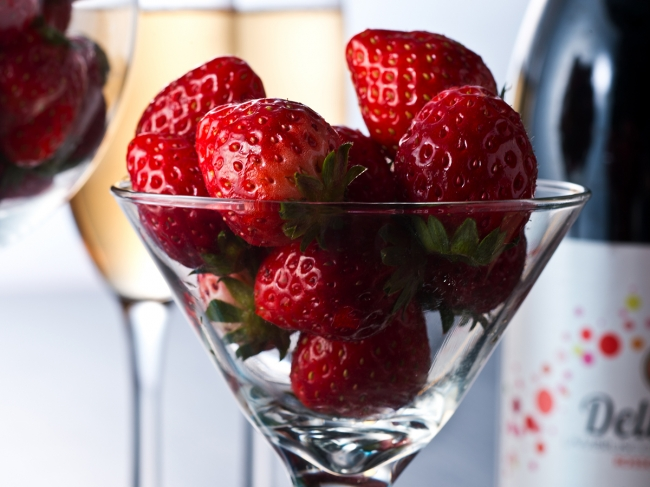 ワイングラスいっぱいに盛られたフレッシュ苺