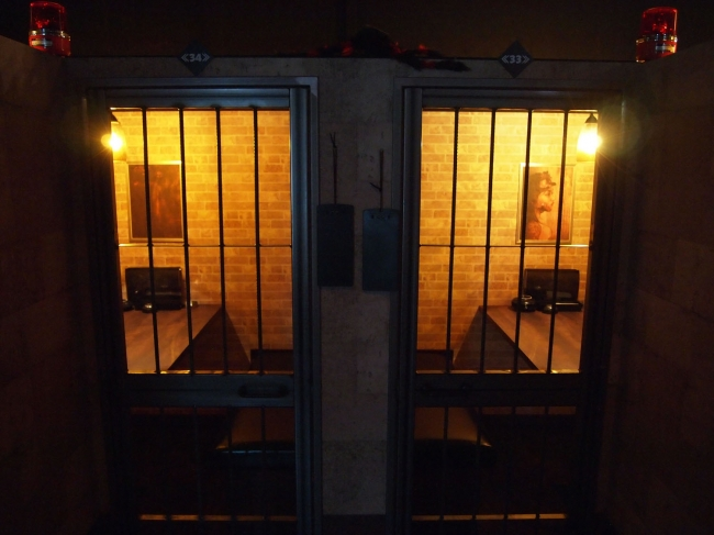 監獄風の個室でソーシャルディスタンスを保つ