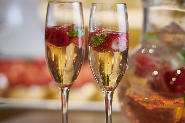 いちごをグラスに浮かべて映えるスパークリングワイン