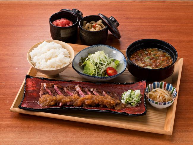 人気の炭火焼サーロインステーキ定食1,000円(税込)