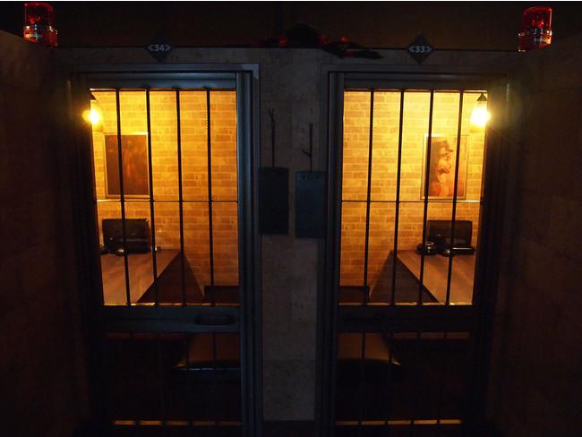 鉄格子の監獄ルームでお食事