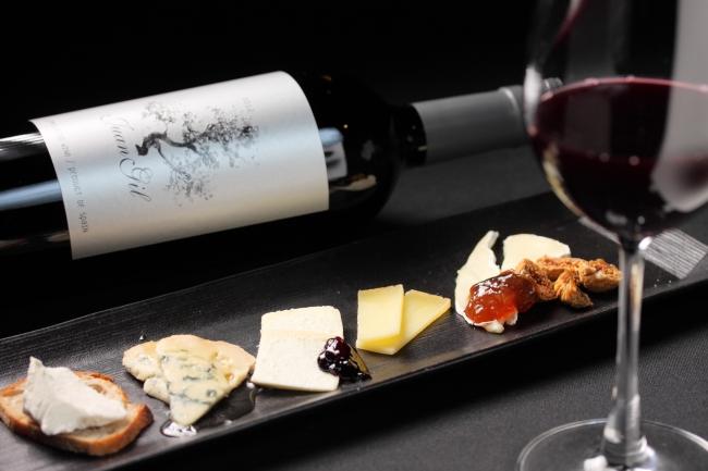 厳選されたワインとチーズ