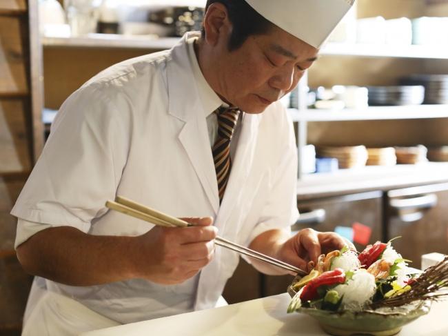 プロの料理人が調理