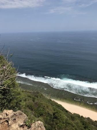 ウルワツ南西部のヌングガランビーチ