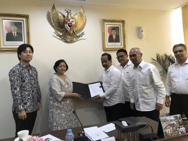 インドネシア共和国大統領官邸にて大統領諮問委員会委員長のSri Adiningsih氏と会談