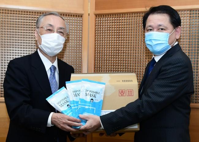 石川 雅己 千代田区長 (左)にマスクを寄贈する株式会社ストリーム 齊藤 勝久 代表取締役社長