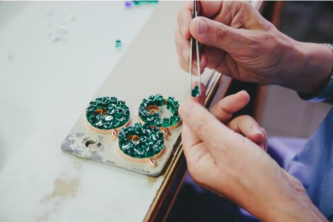 ムリーネのチップをひとつずつピンセットで並べてペンダントトップを制作中 photo by Marta Buso