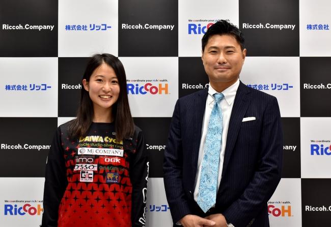左から早川優衣選手、当社代表 原嶋