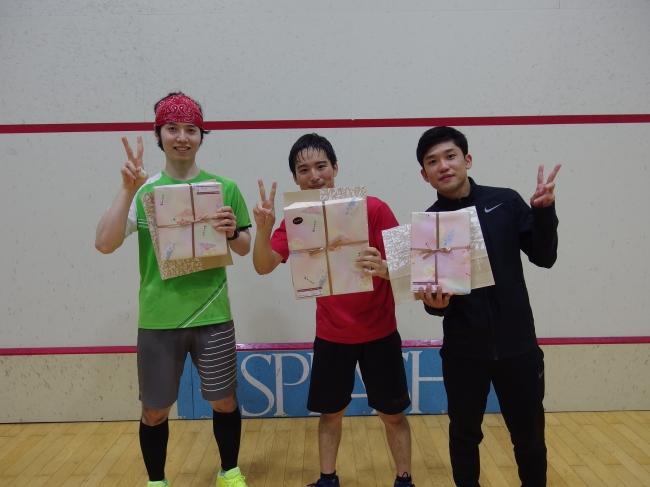 選手権入賞者 (向かって左から2位仲安選手、優勝中村選手、3位清野選手)