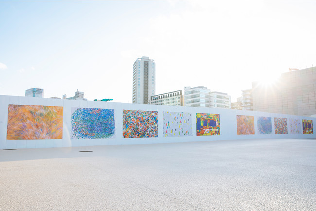 工事現場の白い仮囲いをキャンバスと見立てた期間限定のソーシャルミュージアム