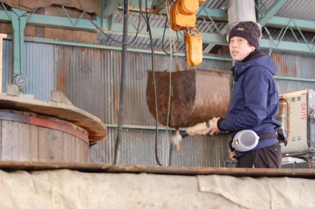 寒天製造企業の社員から製造工程の説明を受ける。