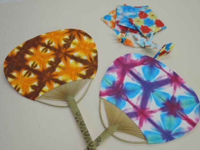 染色液で染めた和紙を使用。