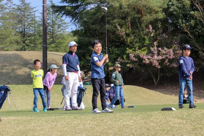 実際のコースで初めてボールを打つ子供たち