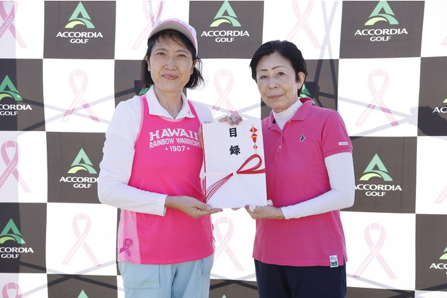 左から乳房健康研究会・栗橋理事、当社取締役会長・田代祐子