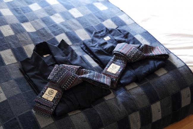 古河織物社製のジャガードデニム。生地そのものに柄を織り込んだ特注品を全室に採用。デニム生地で作ったルームウエアもアンカーオリジナル。