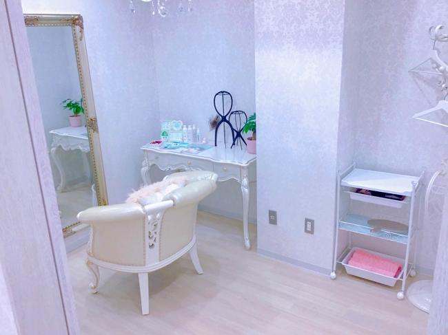 落ち着いた白を基調とした試着室はプライバシー重視の完全個室