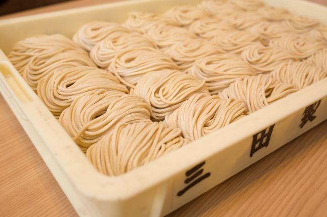 石臼挽きブレンドの専用小麦を使用した「極太角ストレート麺(12番)