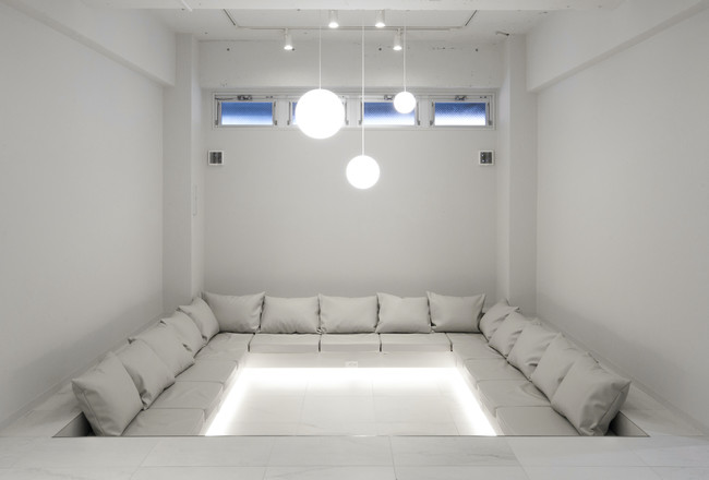 TSUKIMI HOTELの1Fフリースペース。高機能換気設備を導入することで、ホテルの大事にする「一期一会」の場所の再活性化へ。旅人のコミュニケーションの場(写真:TSUKIMI HOTEL )