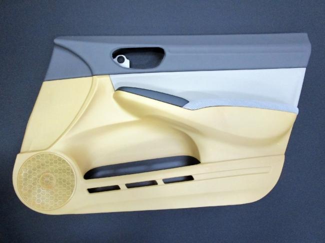 CNF材を活用したドアトリム(ドア内張)試作品 従来素材比:17%軽量化
