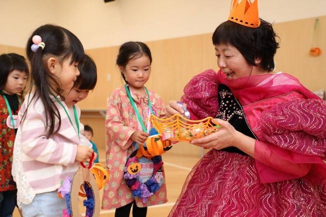 子どもたちに仮装してお菓子を配る白石副園長「楽しむ」ことが子どもの笑顔を引き出します