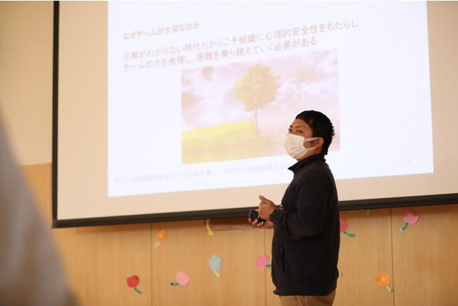 保育士へ 園での取 り組み を SDGs に置き換えて考える必要性を伝え る市村弘貴園長