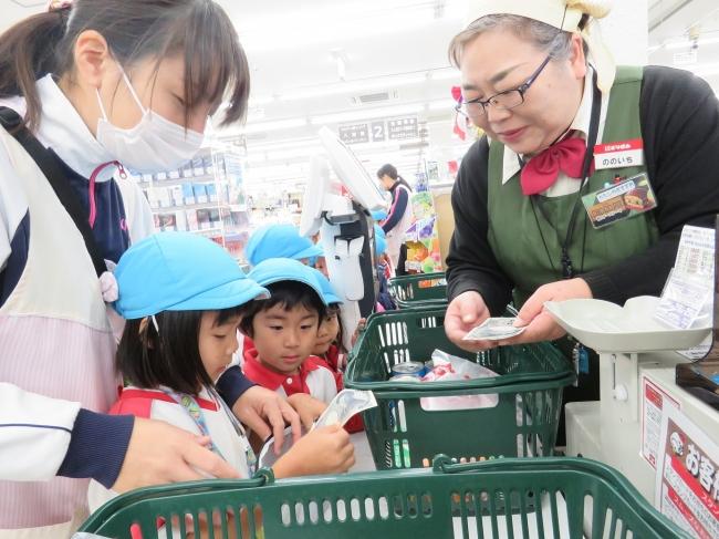 地元のスーパーへ園児たちとお買い物へ。支払い、お店の方とのやりとりすべてこどもたちが行い、それを見守ってくださる地域の方。
