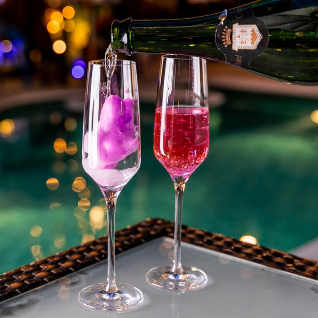スパークリングワインを注ぐと綺麗に色づく。