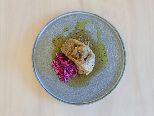 生姜焼きを再構築した一品「岩中豚の白ワイン煮込み ジンジャー風味」