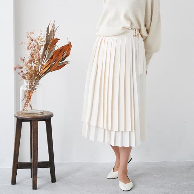 【ミモレ丈 ラッププリーツスカート】 ¥ 14,520 2段階調整ができるウエスト部分はスナップ ボタン式。自分に合ったサイズ感で着用可能
