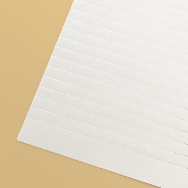 角度によって罫線がキラリと光る箔押しの便箋