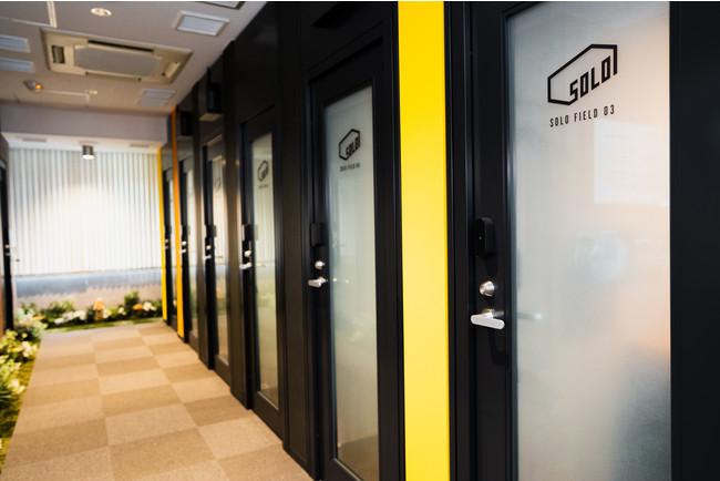 ワークスタイリングSOLOでは個室毎にスマートロックを設置 デジタルキーで施錠することで、荷物を置いたまま外出できる