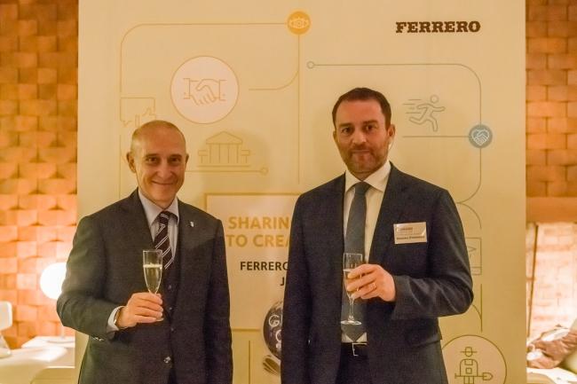 写真左から、駐日イタリア大使ジョルジョ・スタラーチェ、フェレロ 日本・韓国地区最高責任者マッシモ・ダンブロージオ
