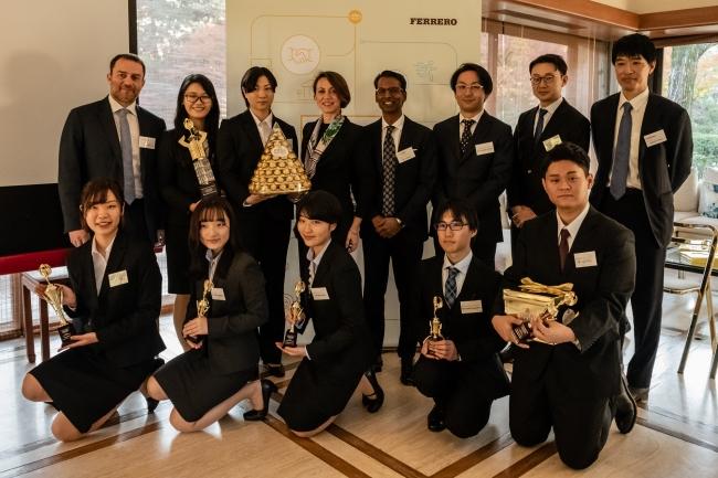 受賞した大学の先生、学生とフェレロのメンバー