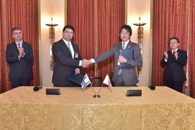 イスラエル・日本両国の経済産業大臣ご出席のもと、MoUに署名締結。左からEli Cohen経済産業大臣、Tal Shank氏、伊作上席執行役員(武蔵精密工業)、世耕経済産業大臣