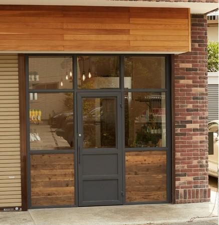 店舗は由比ケ浜通り六地蔵交差点から近くです