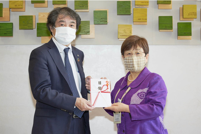 当社執行役員 太田伸司(左)と東京都看護協会 山元恵子会長(右)