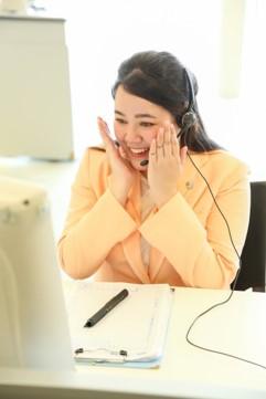 熊本県益城町にある本社でお客様対応をするタイ出身の「お客様プリーザー(R)」